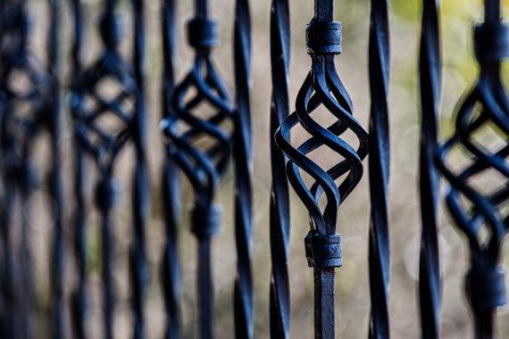 Metalowe elementy do ogrodzeń