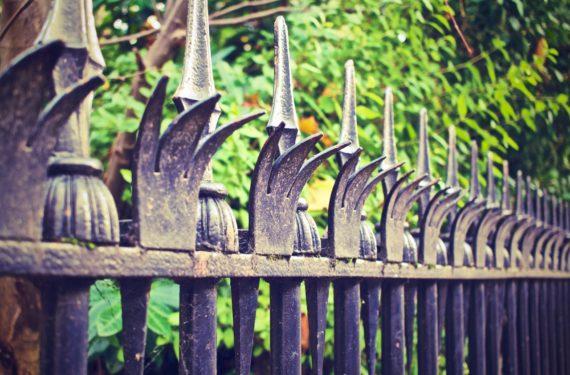 Metalowe ozdoby na ogrodzenie